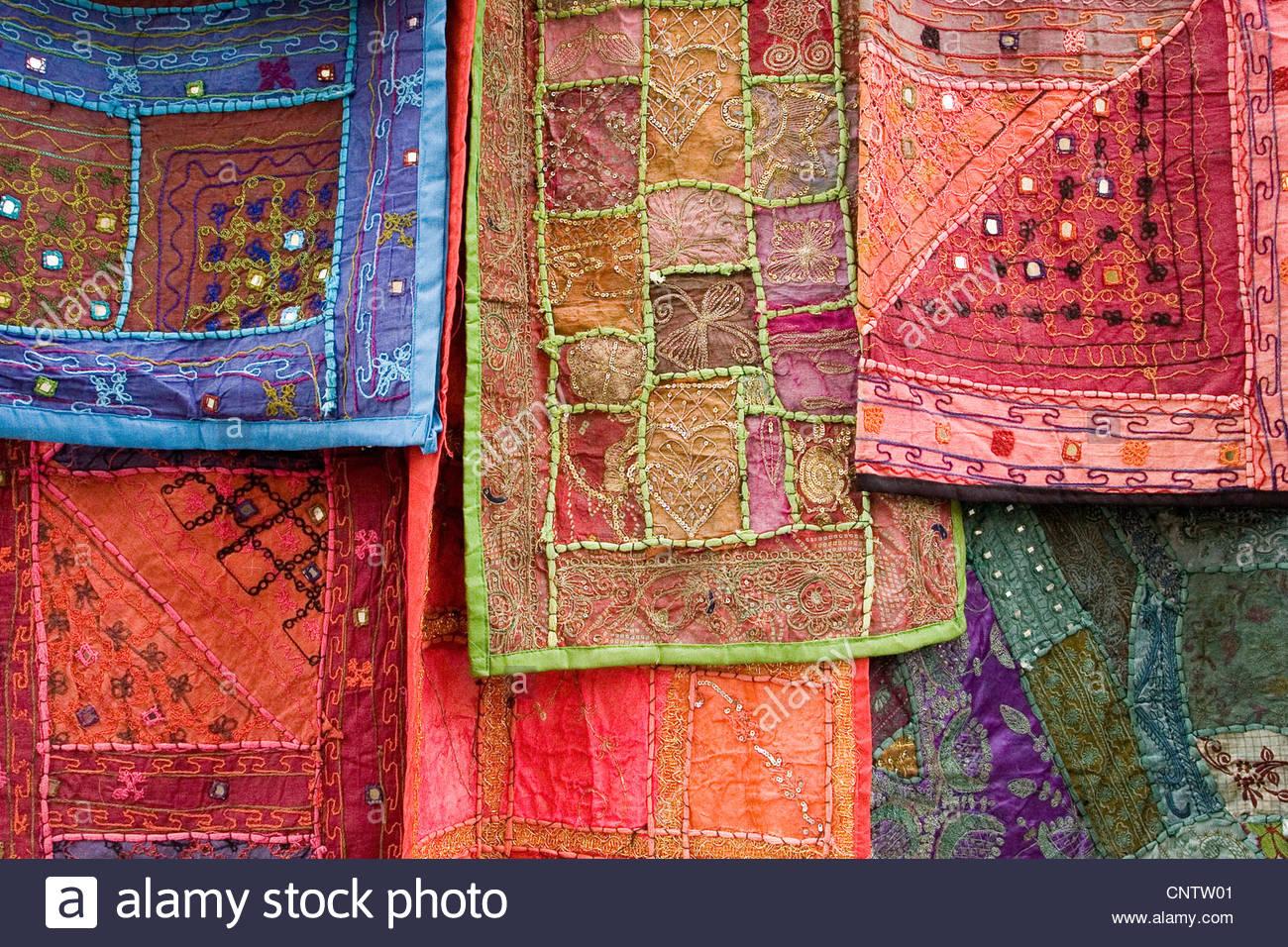 Reich verzierte Wandteppiche hängen zusammen Stockfoto
