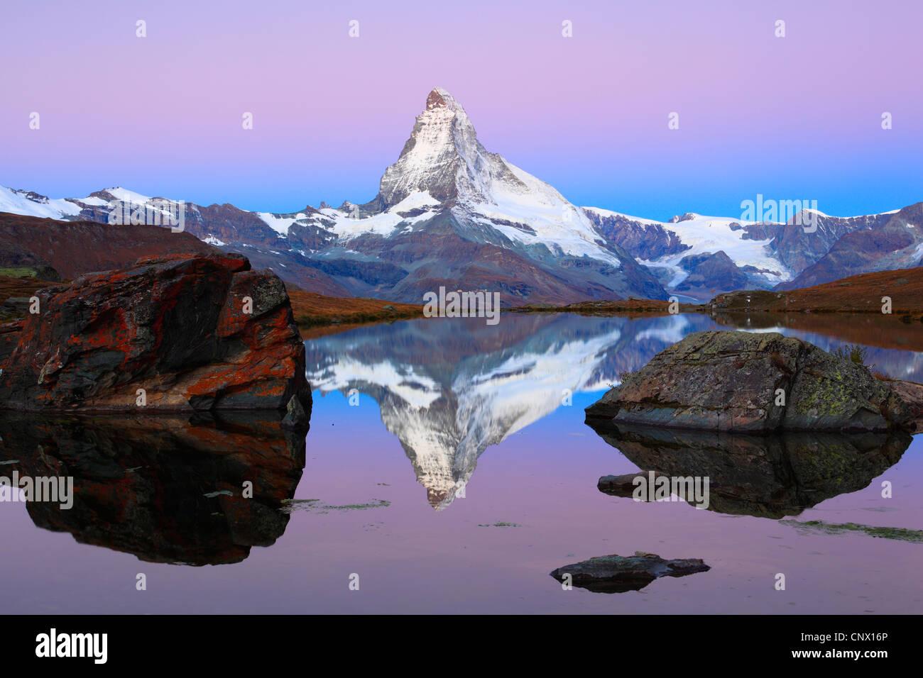 Blick auf das Matterhorn aus einem Bergsee, Schweiz, Wallis Stockfoto