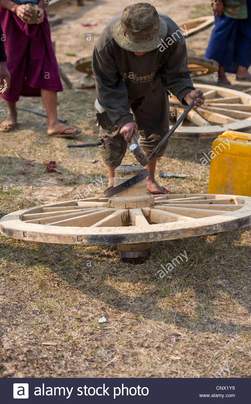 Herstellung von Ochsen Wagenräder in der Nähe von Taunggyi, der Hauptstadt der Shan State in Myanmar Stockbild