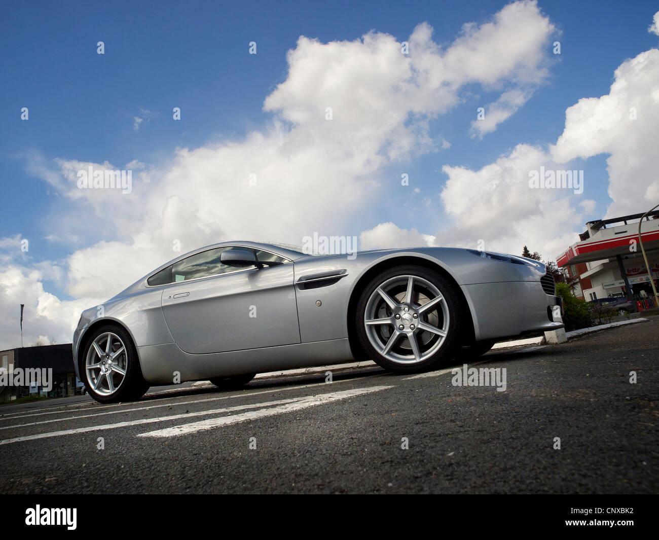 Aston Martin-Luxus-Sportwagen mit dramatischer Himmel im Hintergrund geparkt Stockbild