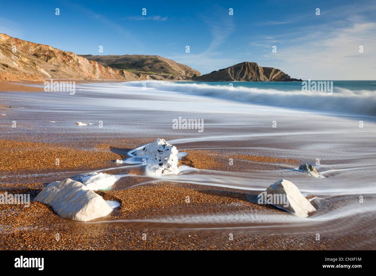 Wellen Waschen sauber den schönen Strand an der Worbarrow Bucht an der Jurassic Coast, Dorset, England. Winter Stockbild