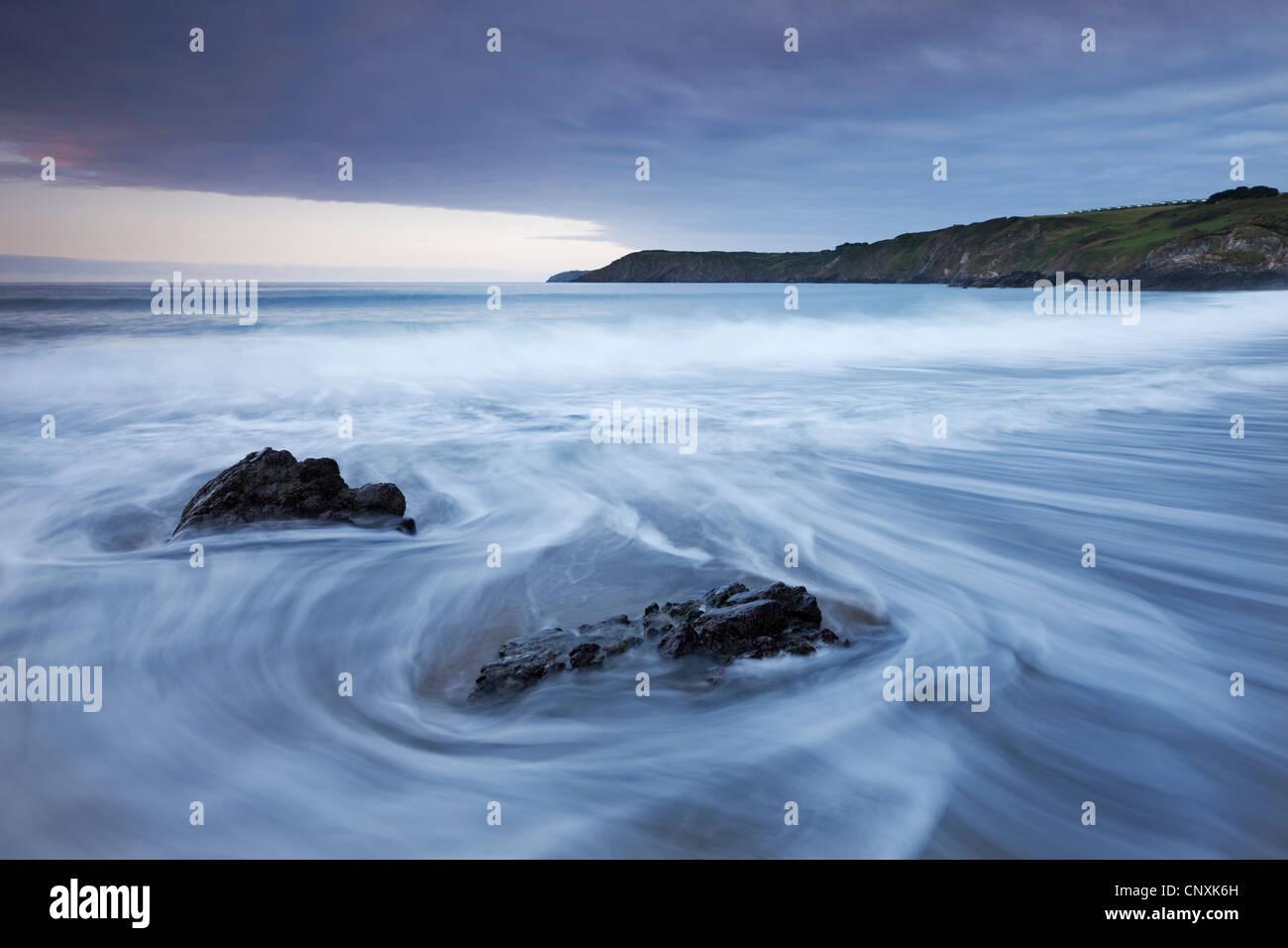 Wellen stürzen auf den Strand von Kennack Sands, Halbinsel Lizard, Cornwall, England. Frühjahr (Mai) 2011. Stockbild
