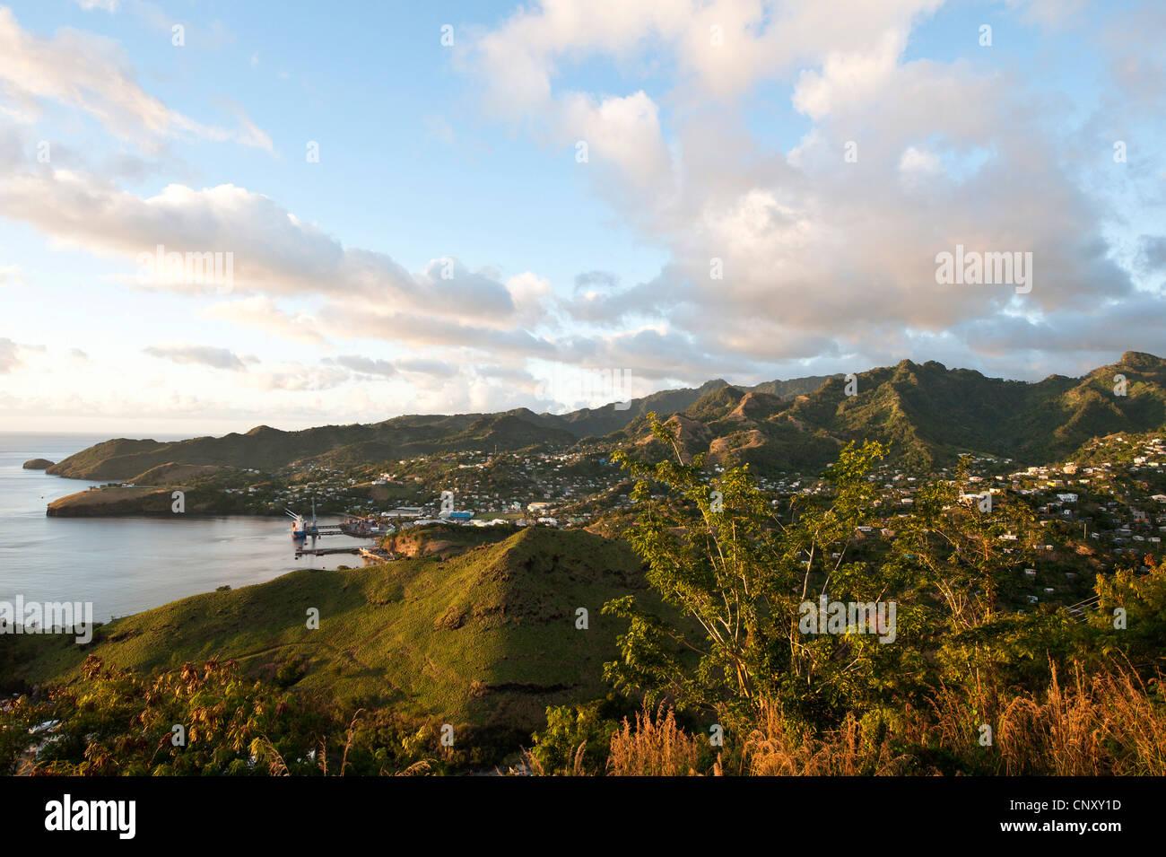 Blick vom Pavillon über bewaldete und bevölkerte Karibikküste, St. Vincent und die Grenadinen, Camden Stockbild