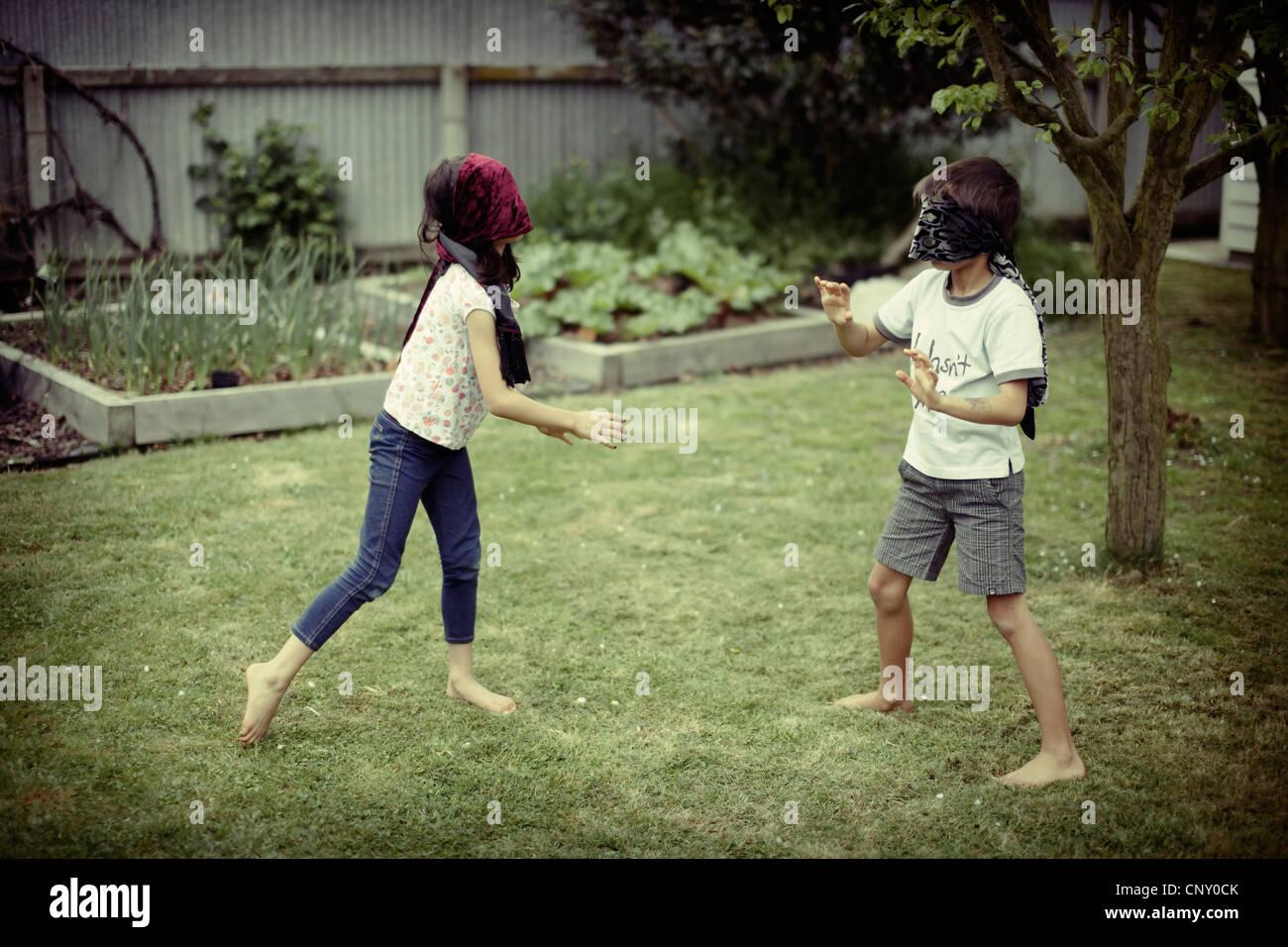 Kinder spielen tragen Blinfolds. Stockbild