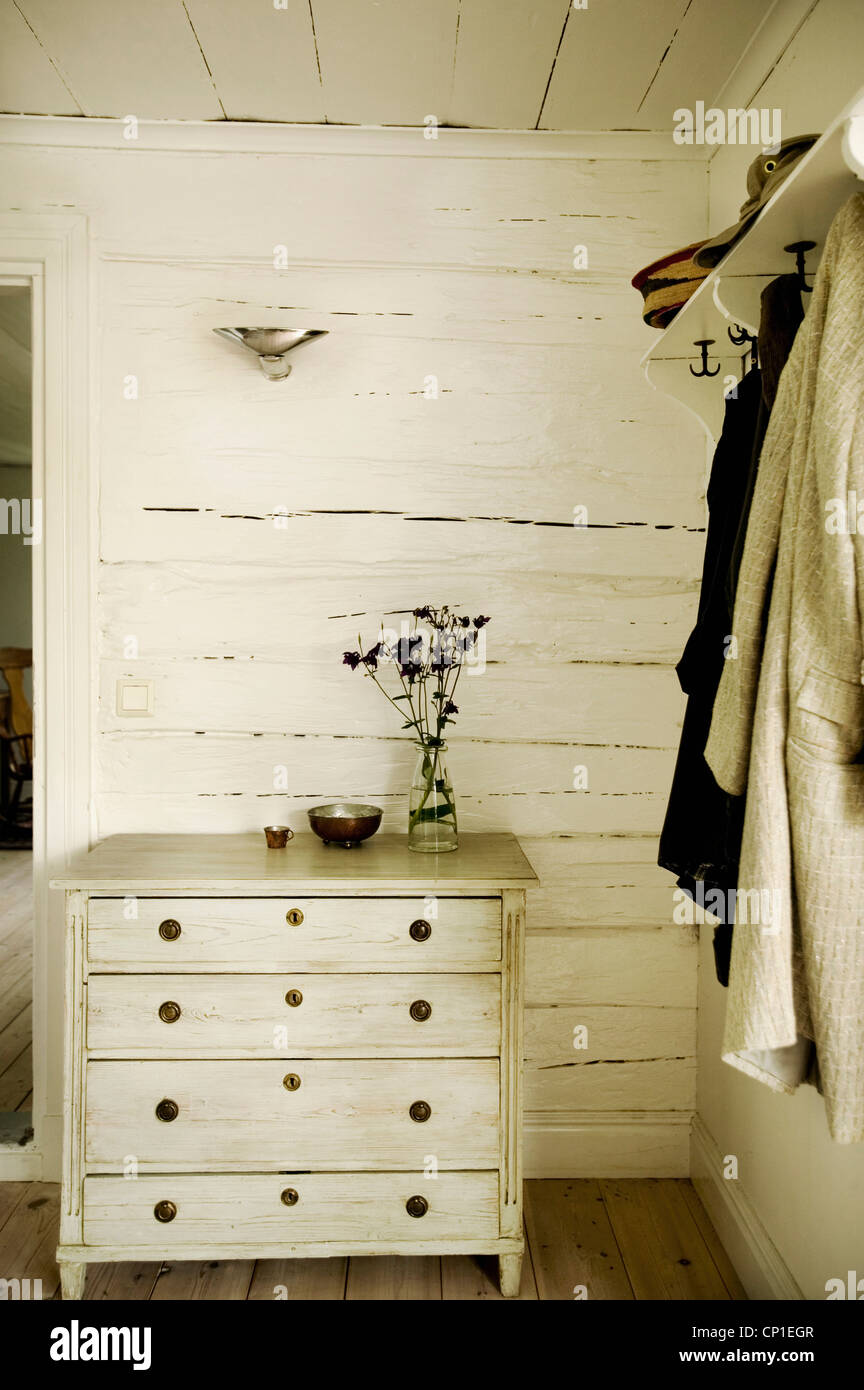Kommode neben Wäscheklammern auf der Country-Stil-Zimmer Stockbild