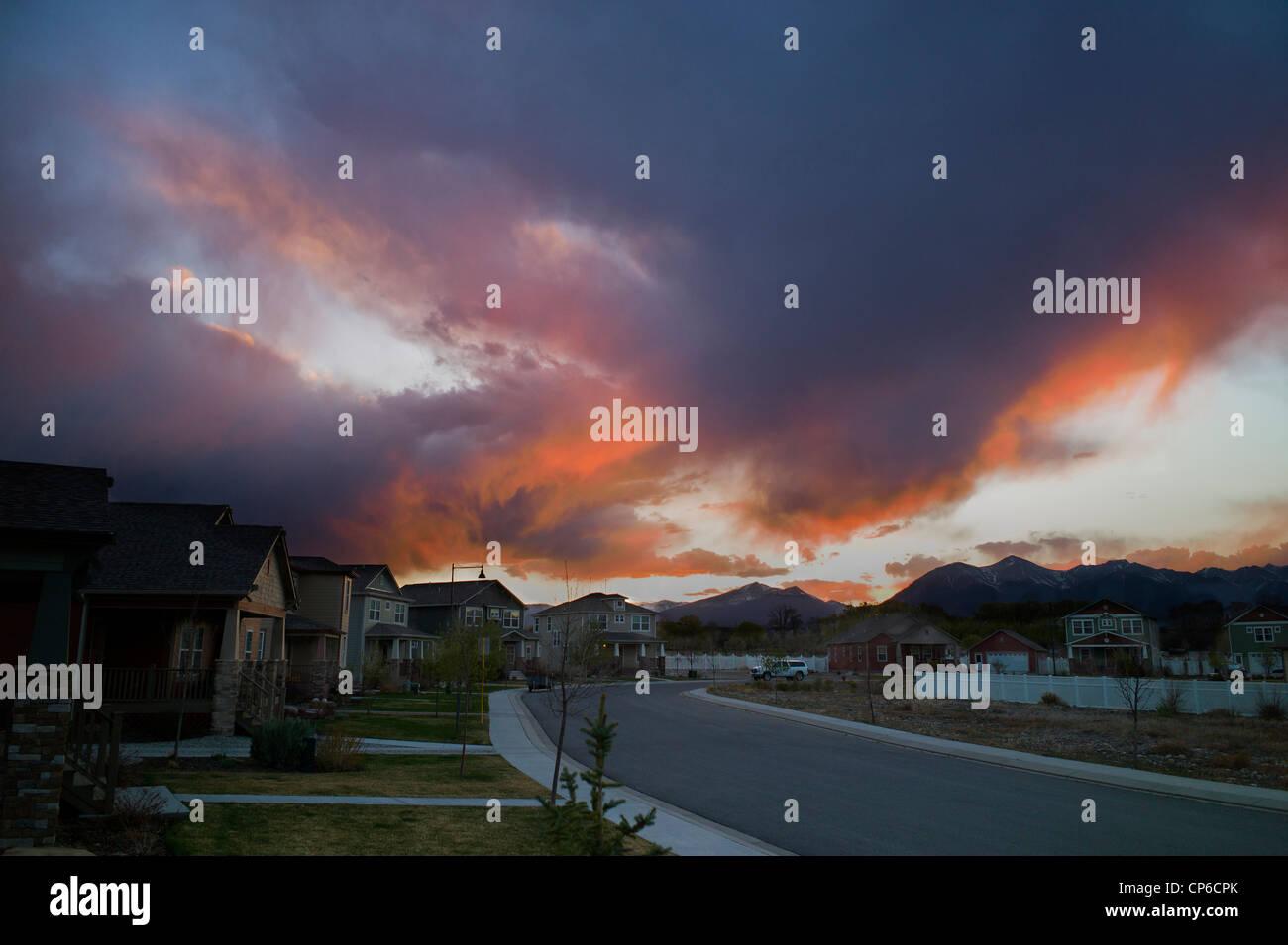 Blick auf den Sonnenuntergang Dämmerung von Wohngegend in Salida, Colorado, USA Stockbild