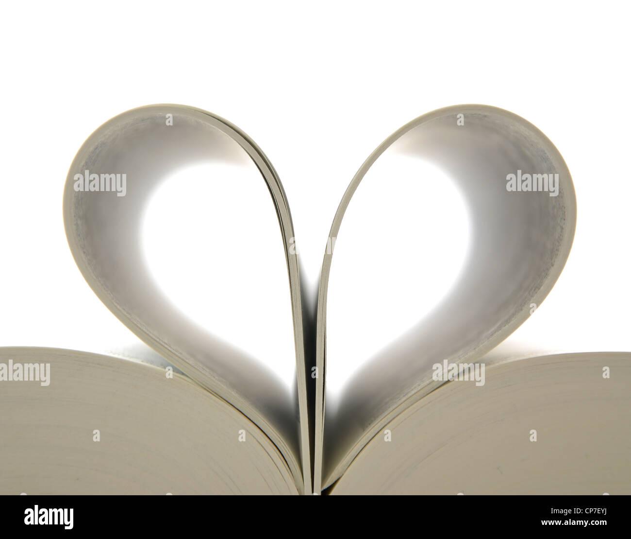 Buchen Sie mit geöffneten Seiten und Form des Herzens Stockbild