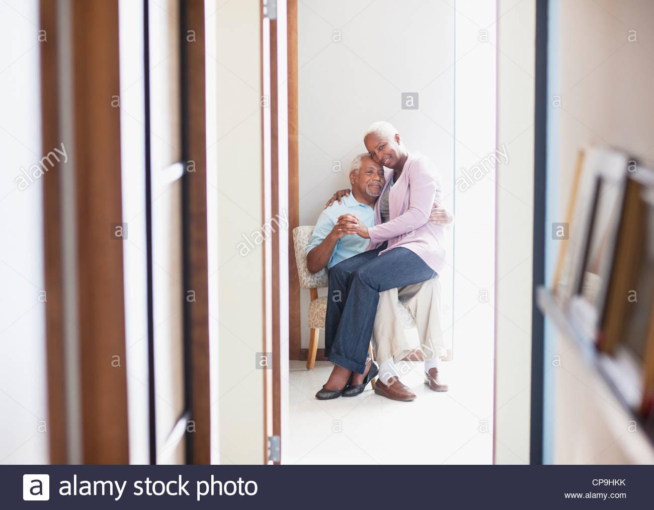 konzentrieren Sie 55-59, 60-64 Jahre, Zuneigung, Altern, kleben, Freizeitkleidung, Farbbild, Verbindung, Tag, Hingabe, Stockbild