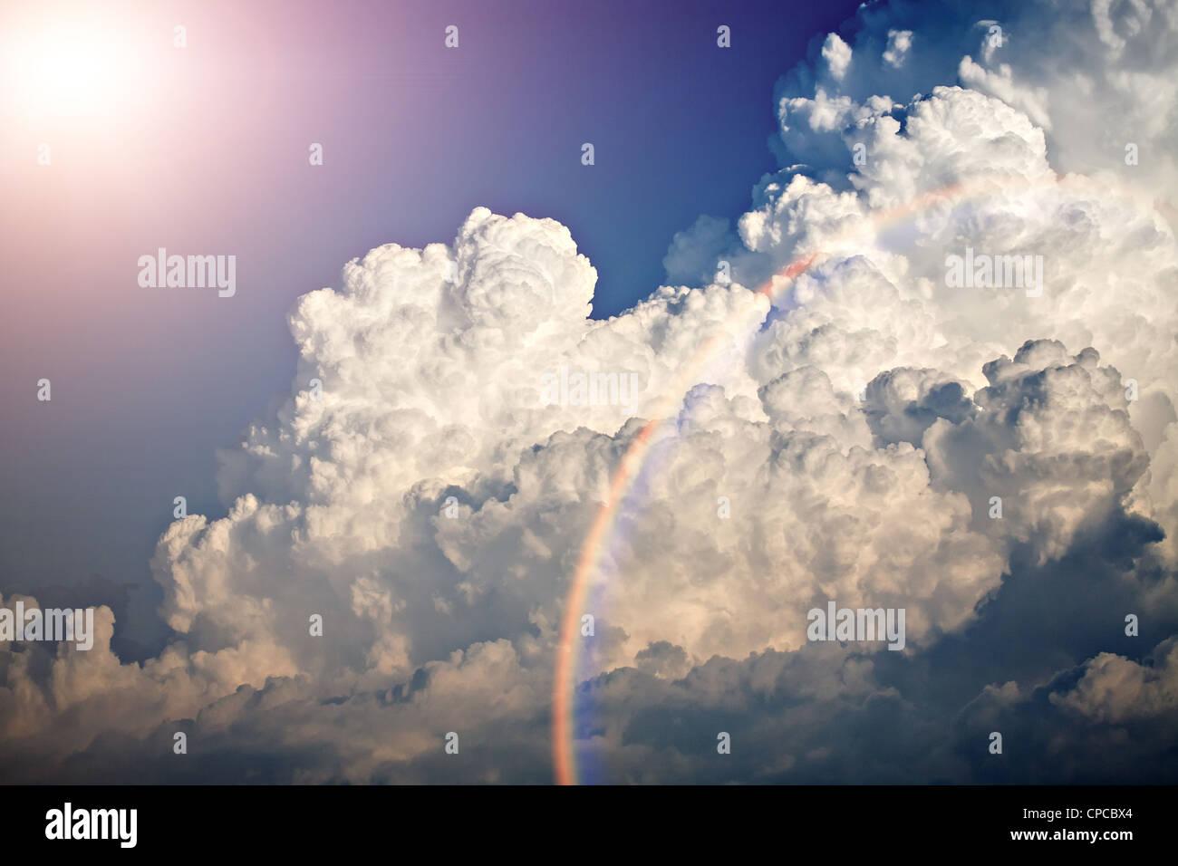 Schuss von Wolken und blauer Himmel im Sommer Stockbild