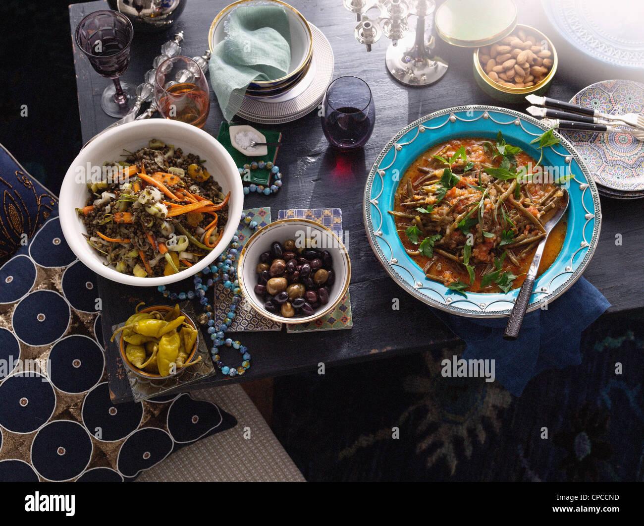 Platten von türkischen Lebensmitteln auf Tisch Stockbild