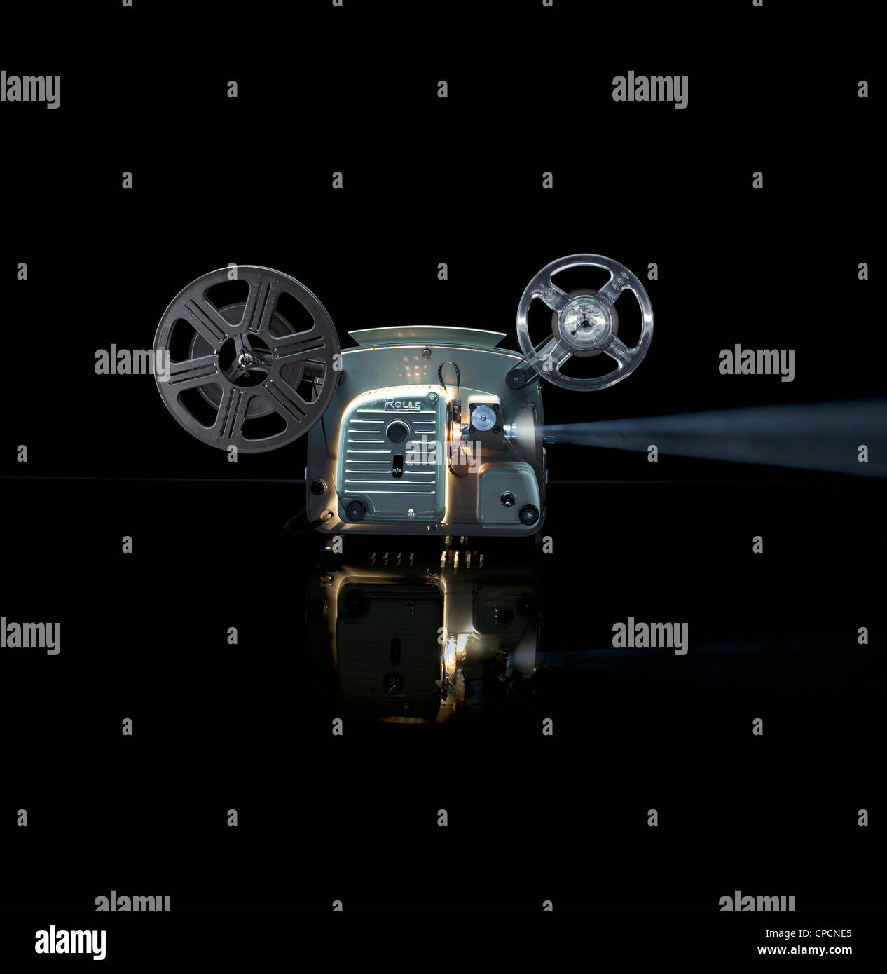 Glühende Filmprojektor mit Rolle Stockbild