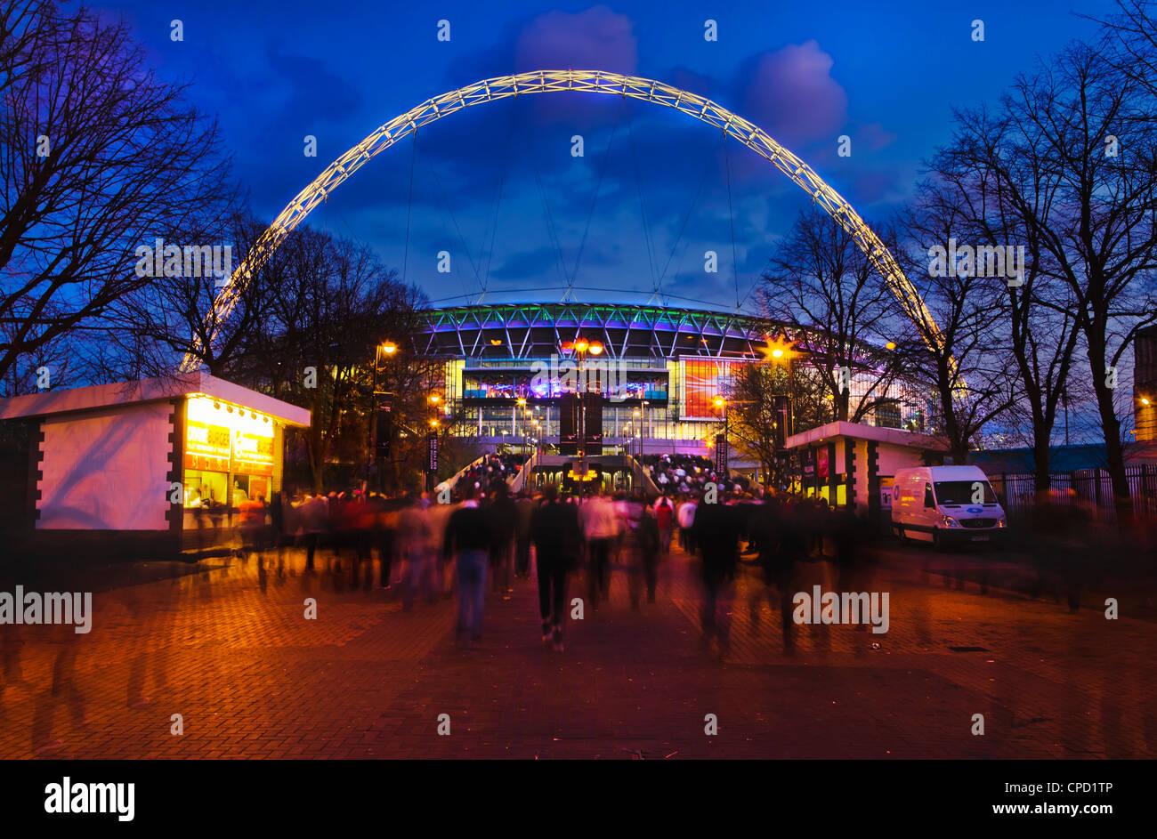 Wembley-Stadion mit England Fans Eingabe des Veranstaltungsorts für internationale Spiel, London, England, Stockbild