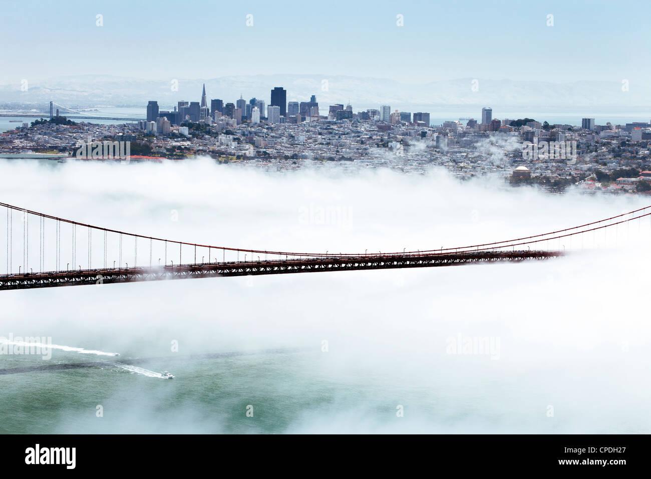 Golden Gate Bridge und die Skyline von San Francisco schwebend über dem Nebel an einem nebeligen Tag in San Stockbild