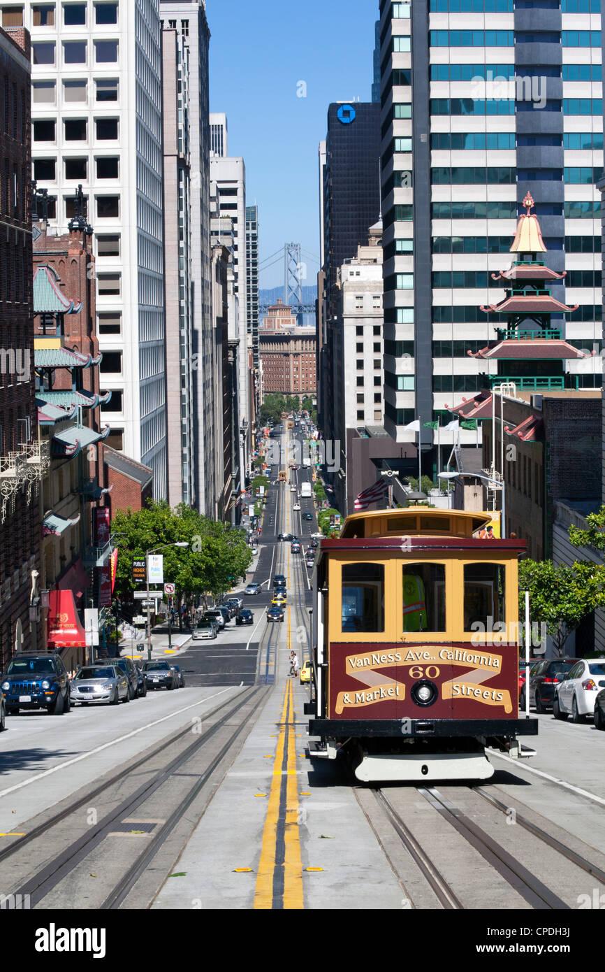 Seilbahn, die Kreuzung von California Street mit Hintergrund der Bay Bridge in San Francisco, Kalifornien, USA Stockbild