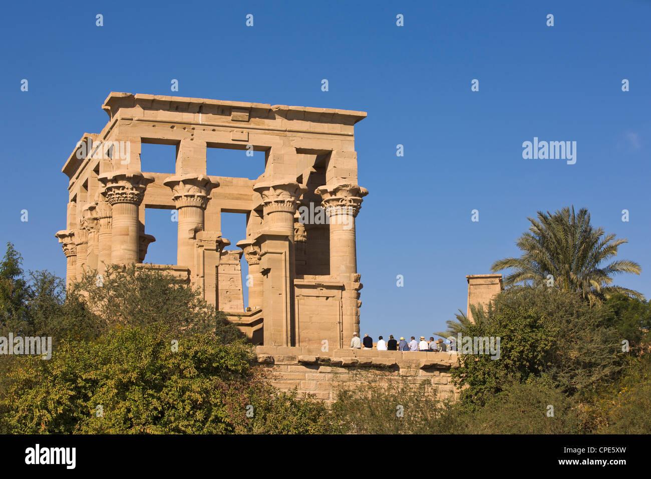 Gruppe von Touristen am Kiosk des Trajan auf Philae Tempel, UNESCO-Weltkulturerbe, Nubien, Ägypten, Nordafrika, Stockbild