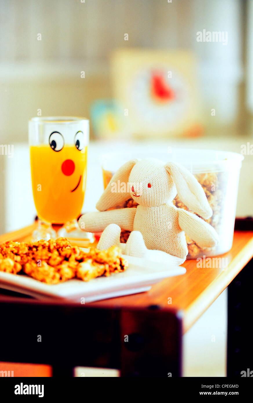 Essen, trinken und Spielzeug auf Tisch Stockbild