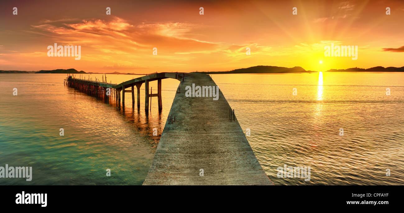 Sonnenaufgang über dem Meer. Pier im Vordergrund. Panorama Stockbild