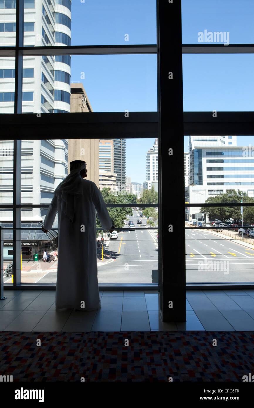 Arabische Geschäftsmann aus Fenster zu schauen. Stockbild