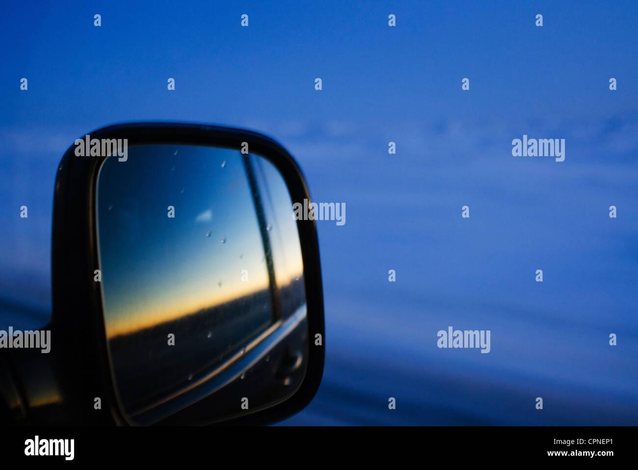 Sonnenuntergang spiegelt sich in dem Auto Außenspiegel Stockbild