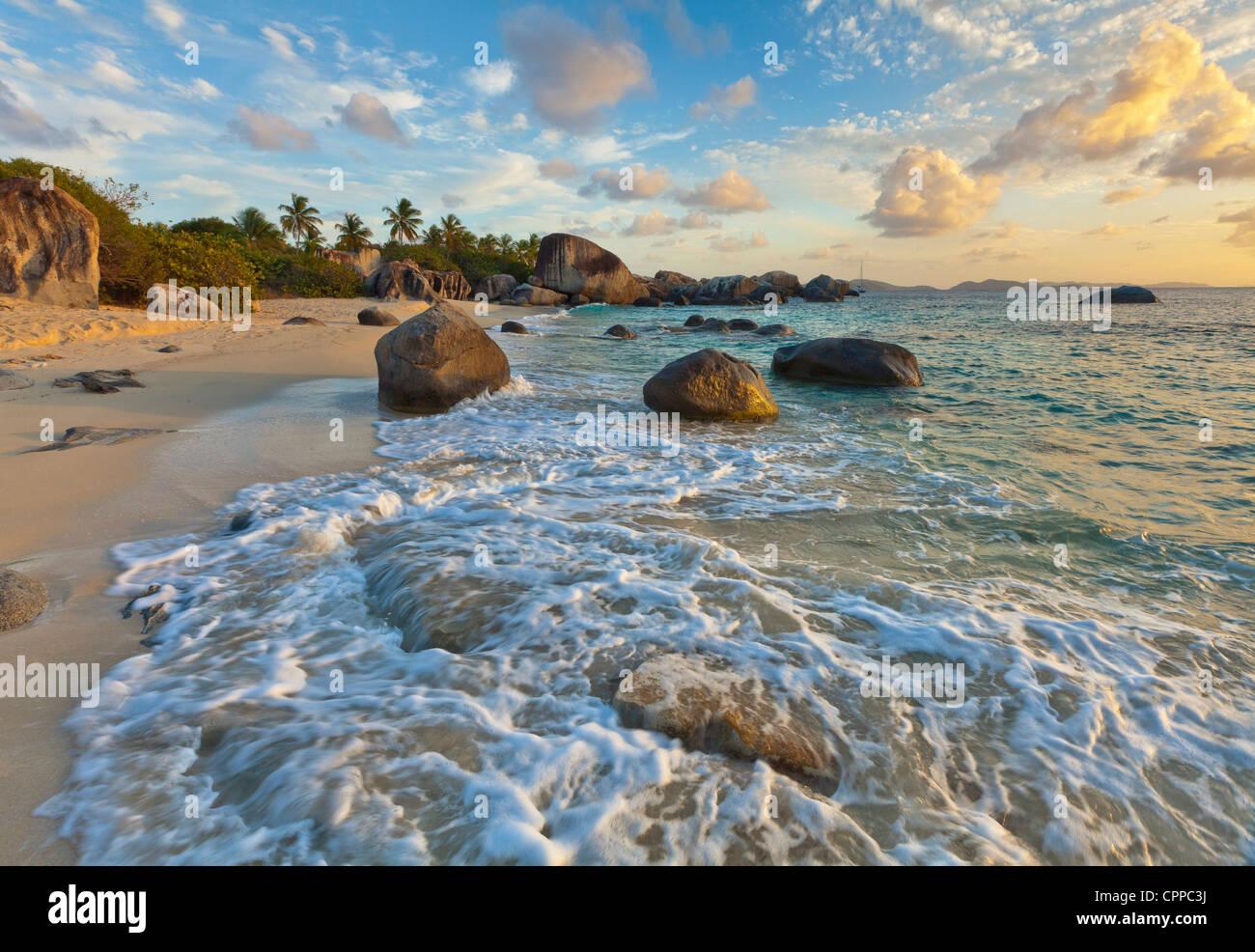 Virgin Gorda, Britische Jungferninseln, Karibik Abendlicht auf die Surf und Rock Muster am Strand der kleinen Trunk Stockbild