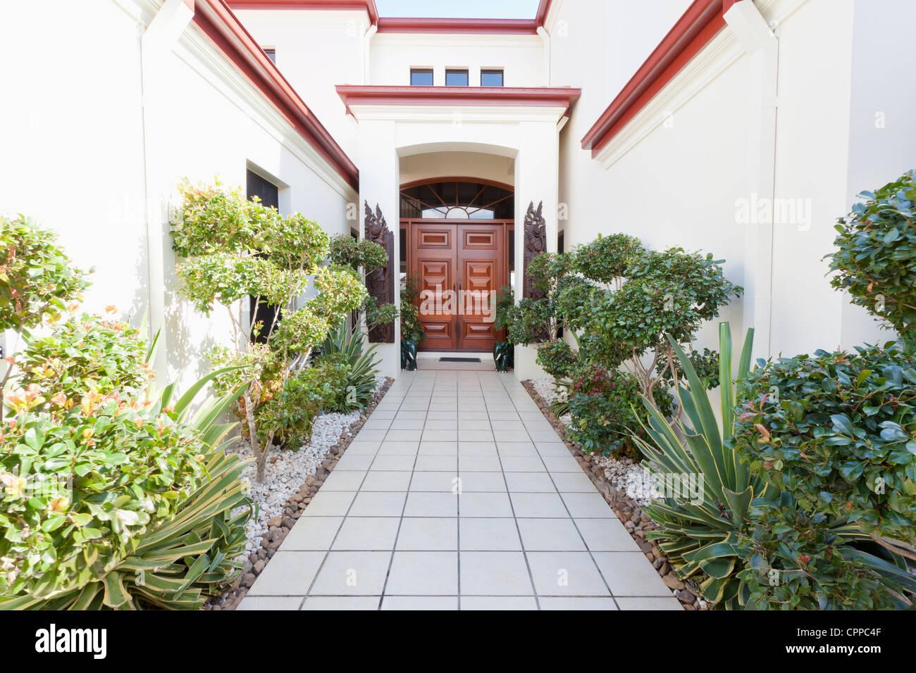 Eingang zur Luxusvilla Stockbild