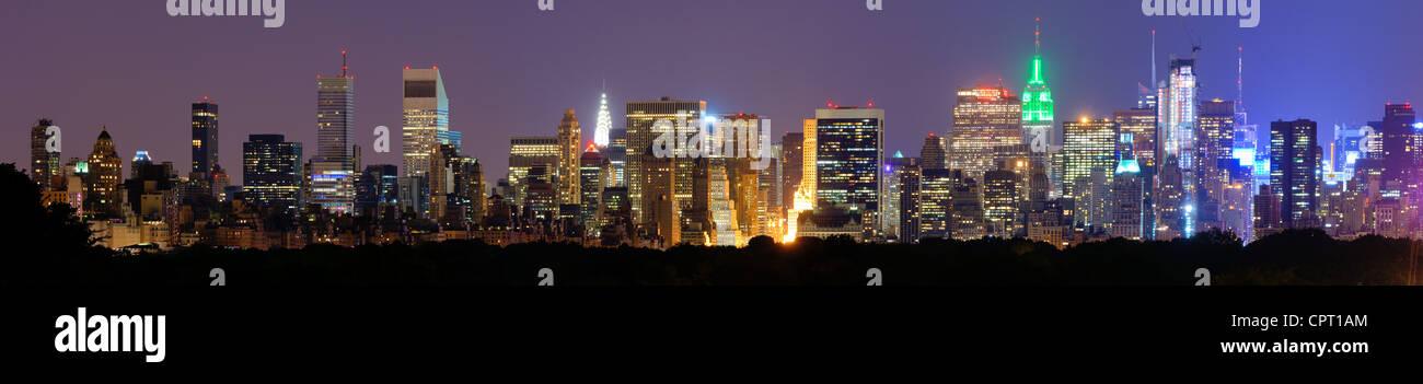 Panorama von Midtown Manhattan in der Nacht in New York City Stockbild