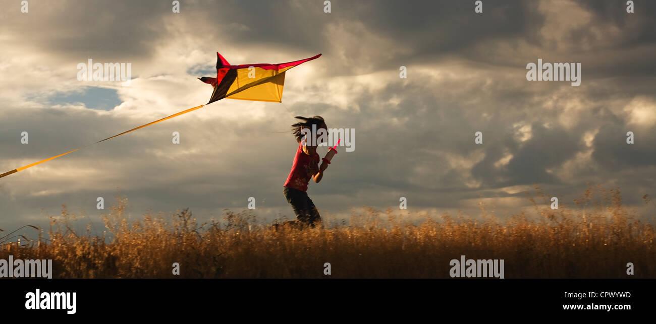 Ein Panorama von einem Mädchen, die gerne ihre Drachen. Stockbild