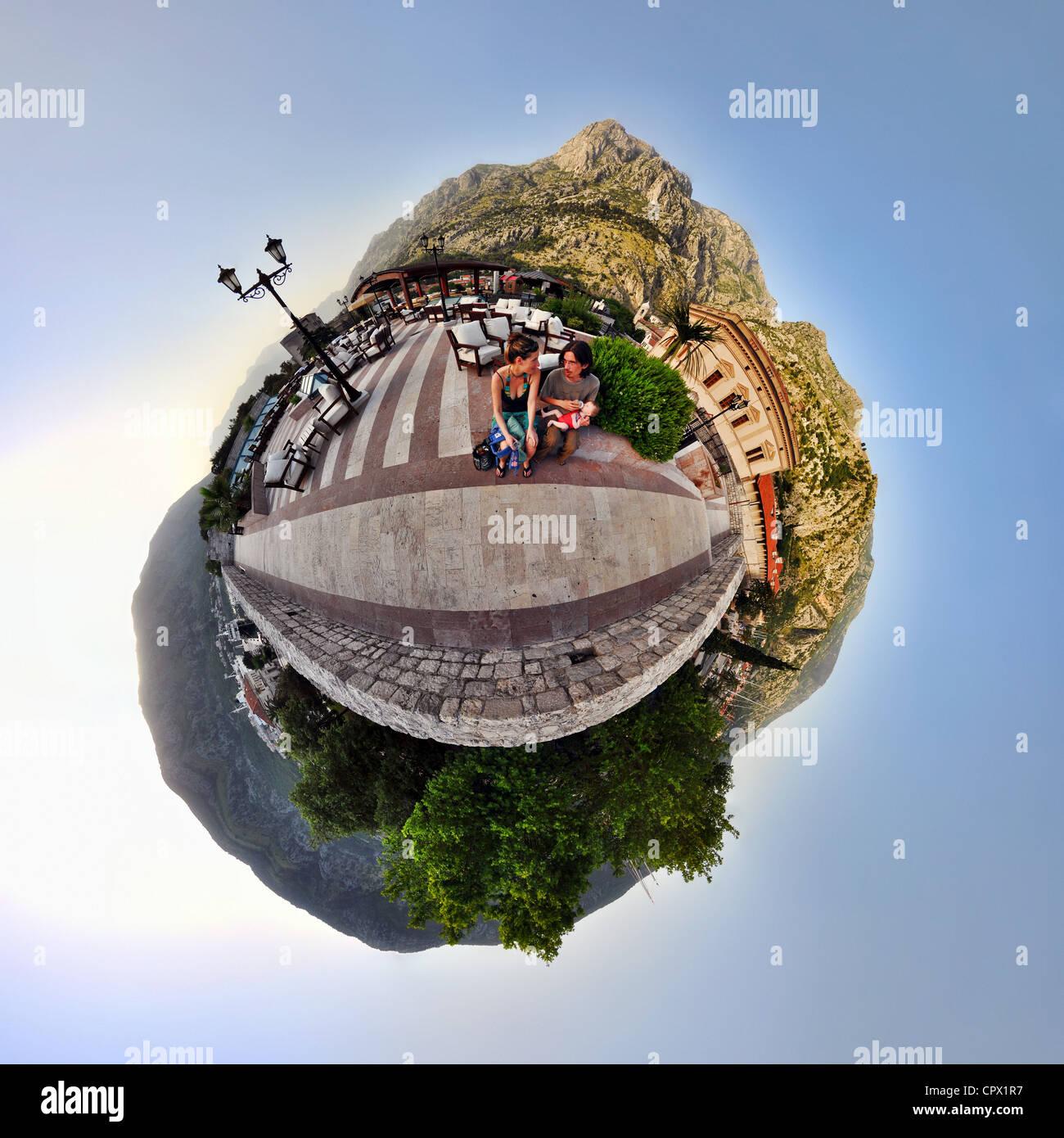 Familie im Urlaub in Kotor, Montenegro, kleine Planeten Effekt Stockbild