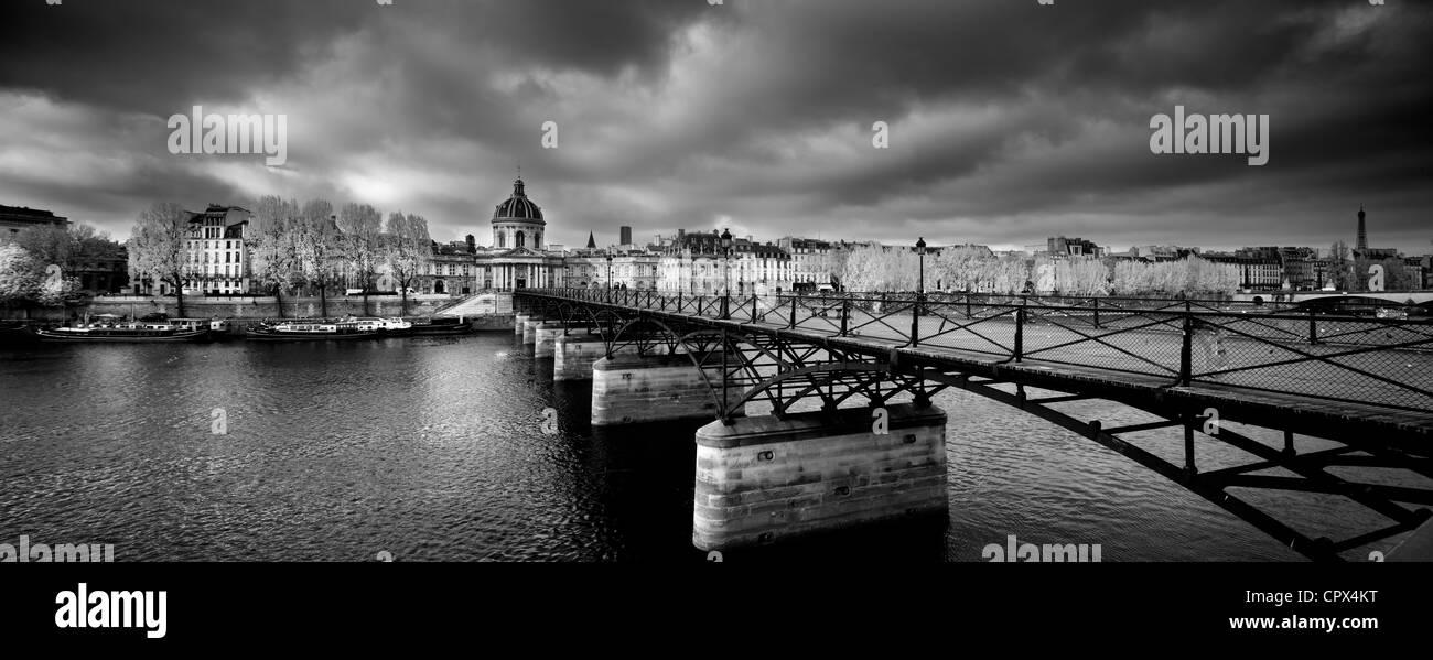der Pont des Arts, mit dem Institut de France & linken Ufer der Seine, Paris, Frankreich Stockbild