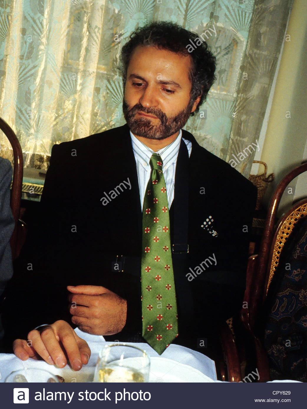 Versace, Gianni, 2.12.1946 - 15.7.1997, italienischer Modeschöpfer, halbe Länge sitzen am Tisch, 1980er Stockbild