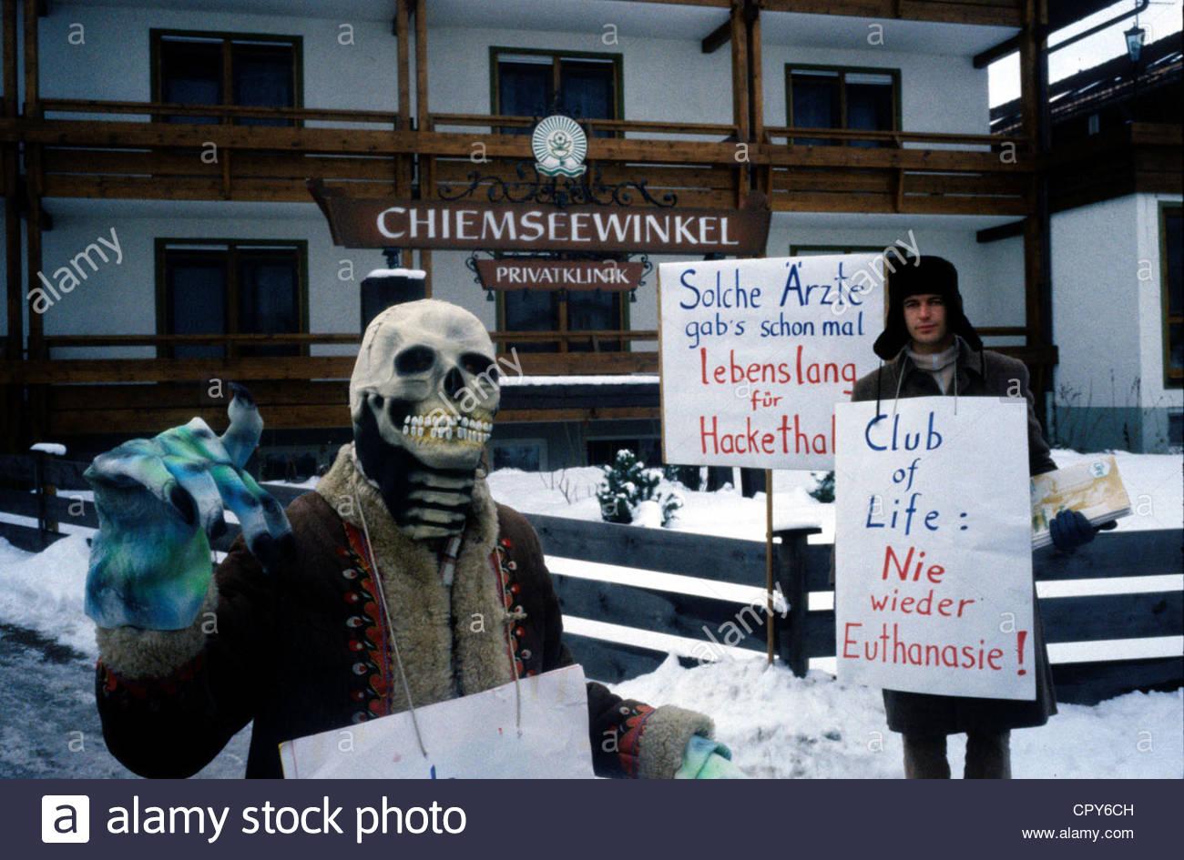 Hackethal, Julius, 6.11.1921 - 17.10.1997, deutscher Chirurg, Autor / Schriftsteller, Protest vor seiner Klinik Stockbild