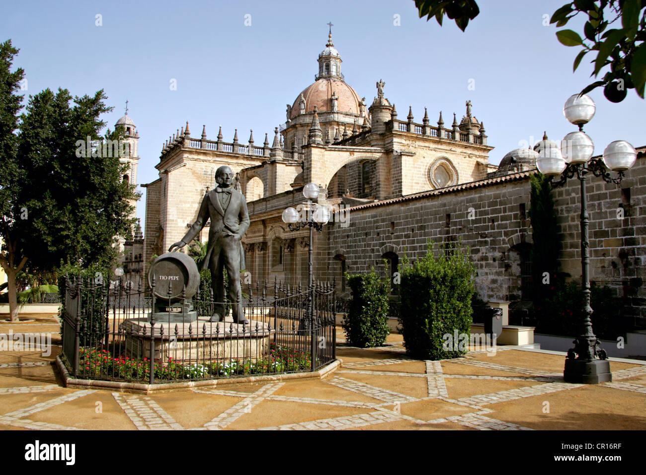 Spanien, Andalusien, Jerez De La Frontera, die Kathedrale und die Statue von Tio Pepe Stockbild