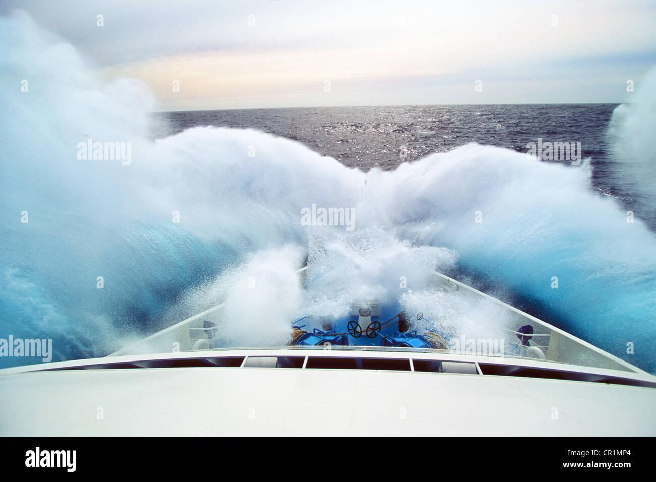 Welle trifft Bogen eines Kreuzfahrtschiffes, Drake-Passage oder Mar de Hoces, Südpolarmeer, South Polar Ocean, Stockbild