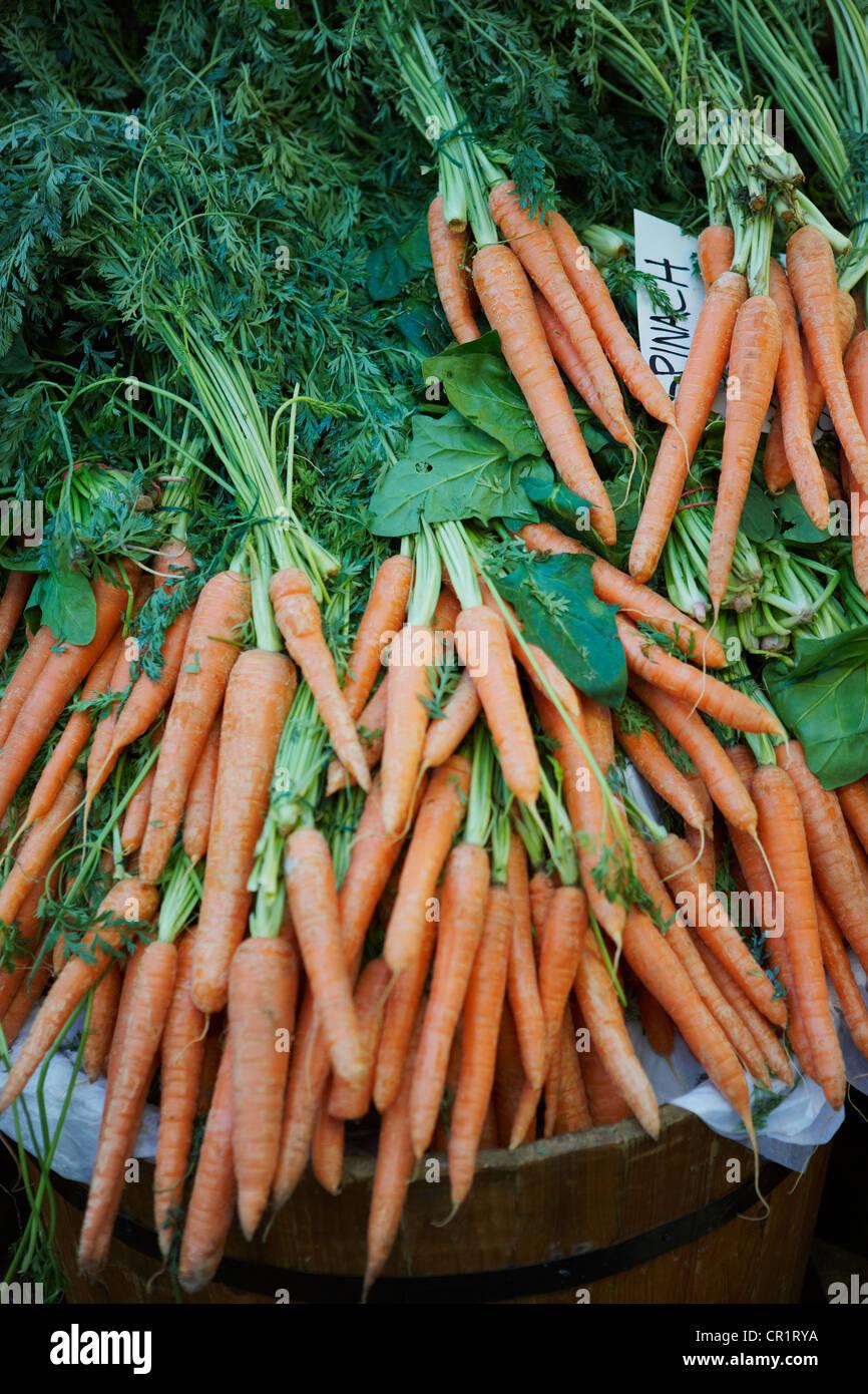 Frisches Obst und Gemüse zu verkaufen Stockbild