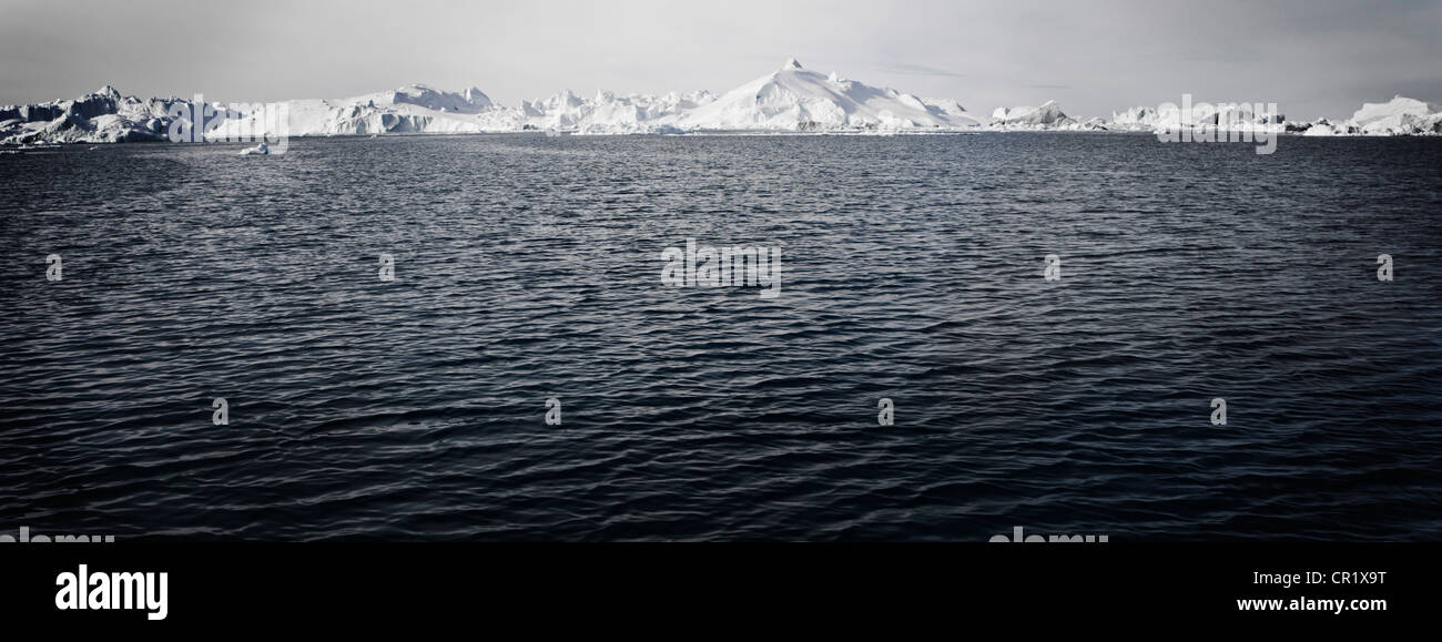 Plätschernden See in Schneelandschaft Stockbild