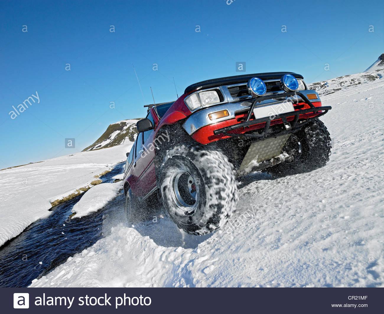 All - Terrain-Fahrzeug fahren im Schnee Stockbild