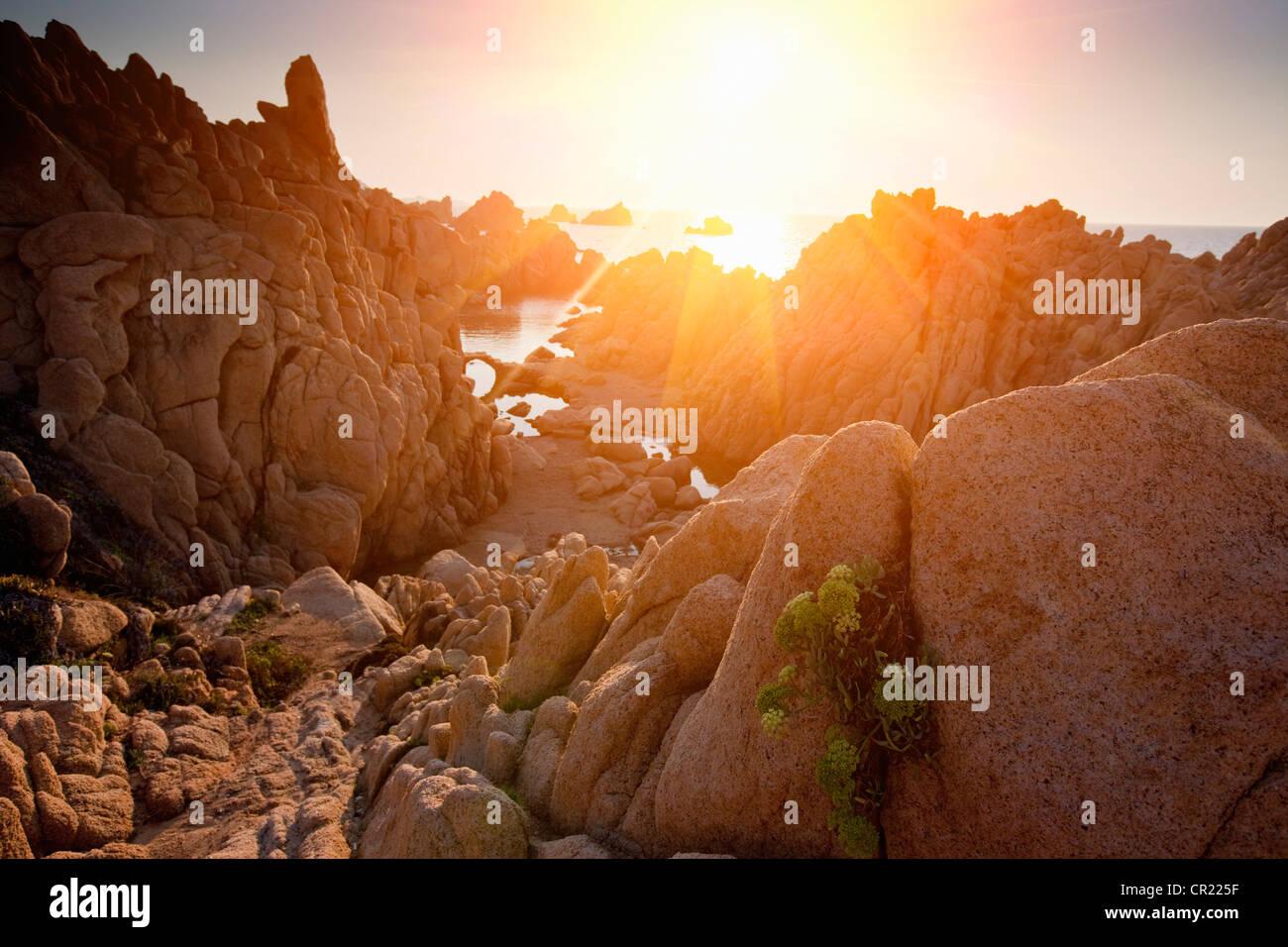 Sonne durch Felsformationen Stockbild