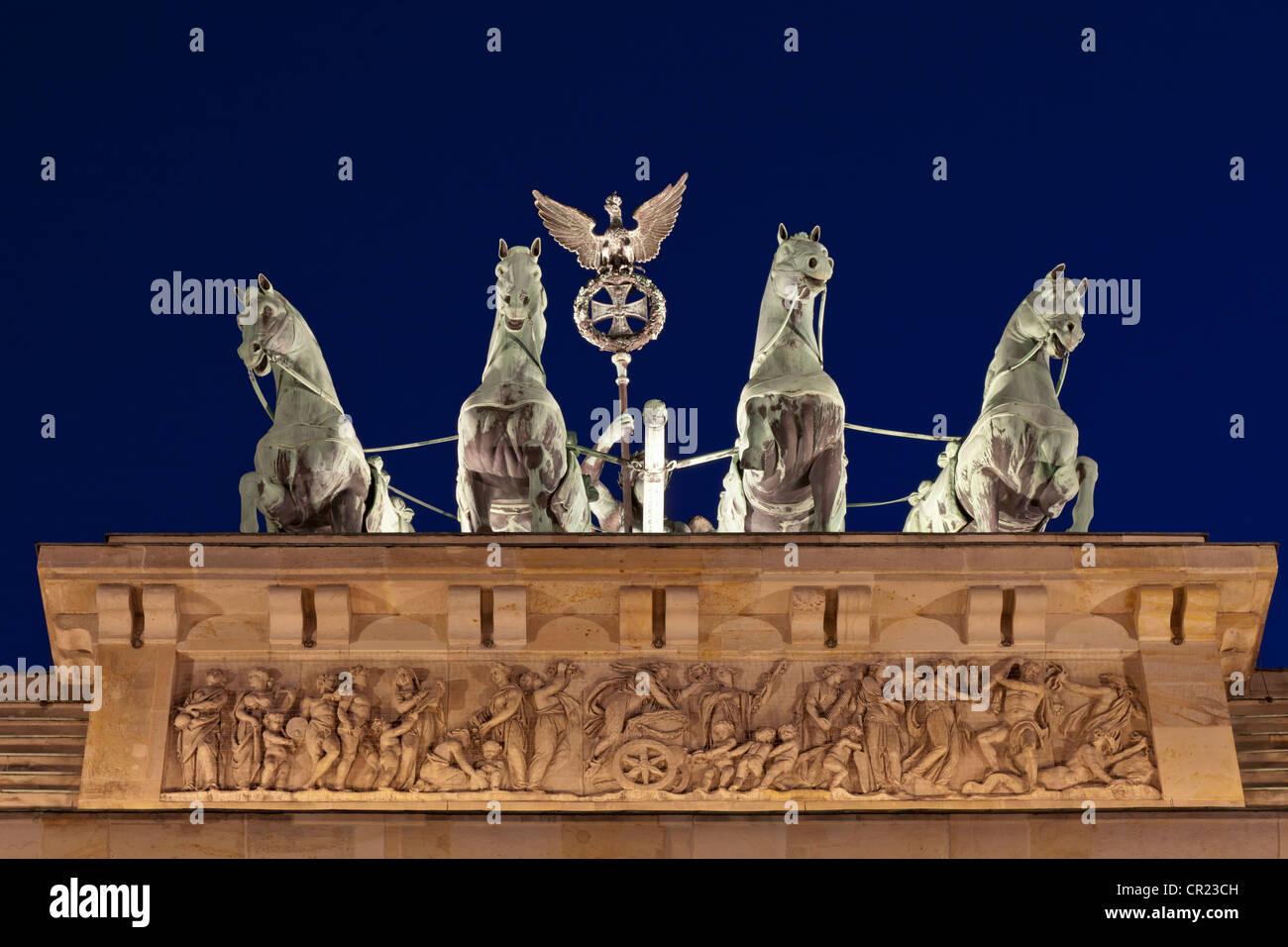 Kunstvolle Statuen auf columned Gebäude Stockbild