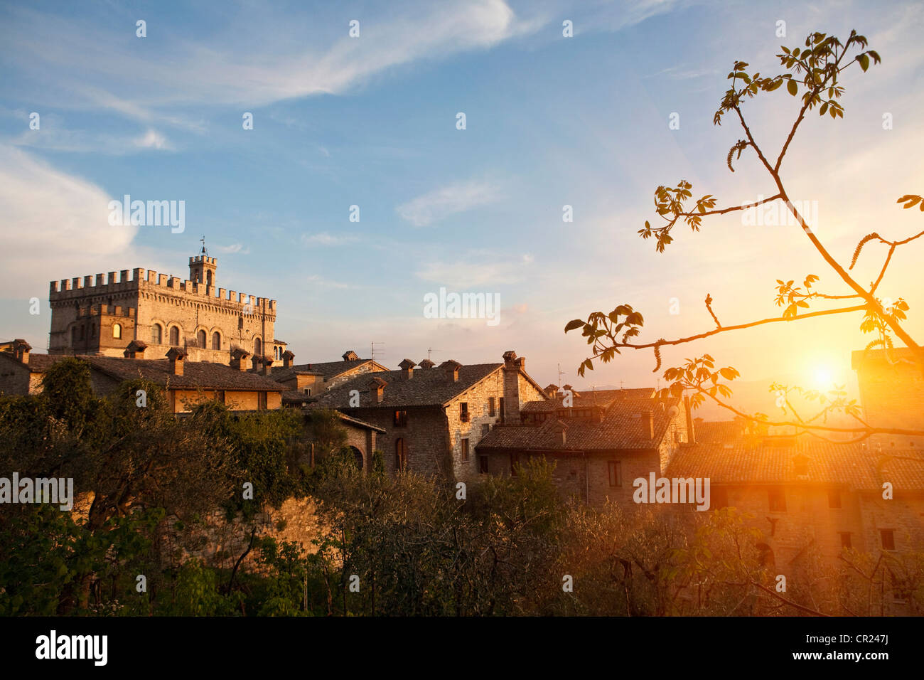 Sonne auf Dorfhäuser Stockbild