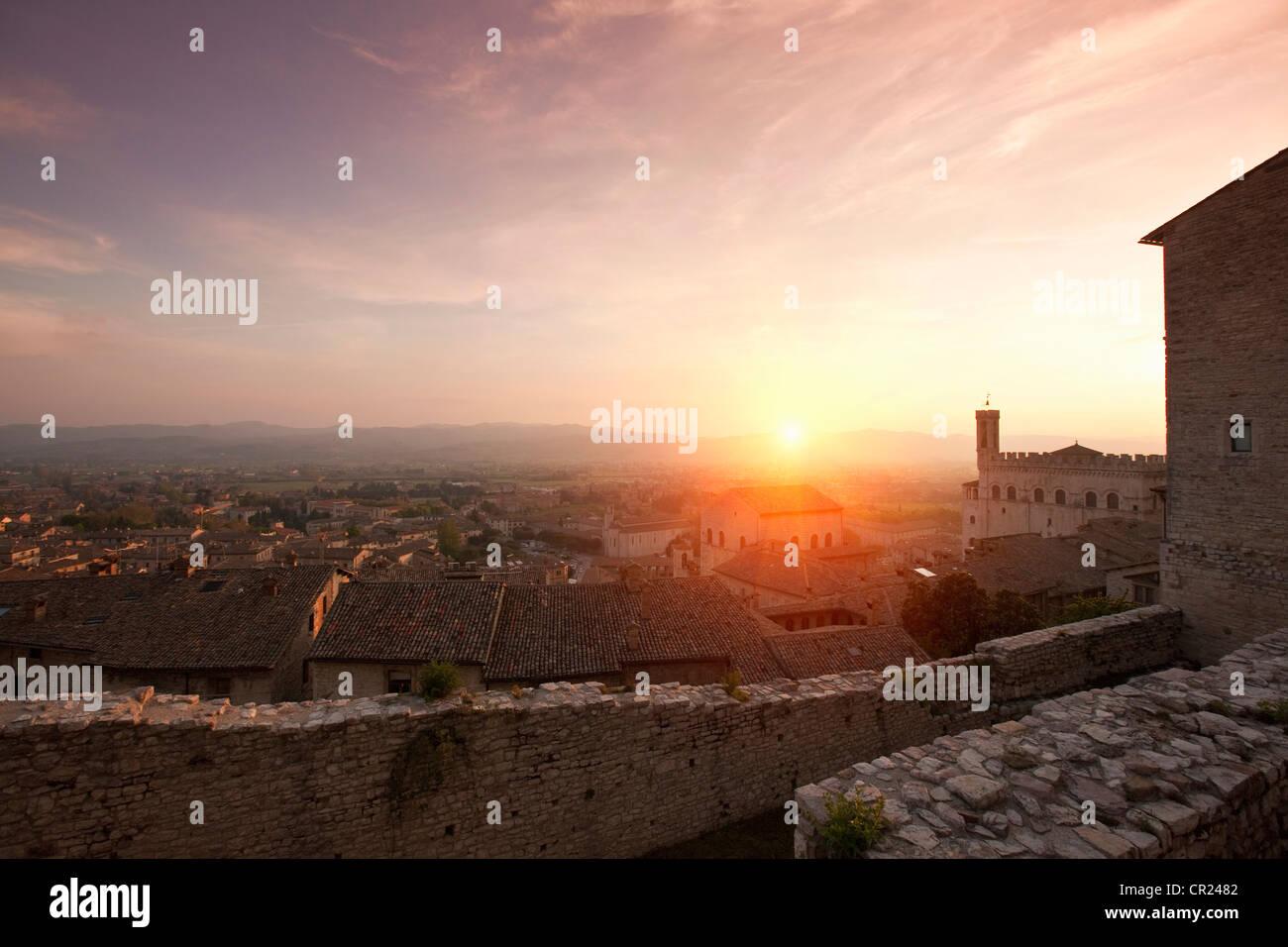 Sonne über steinerne Stadtmauer Stockbild