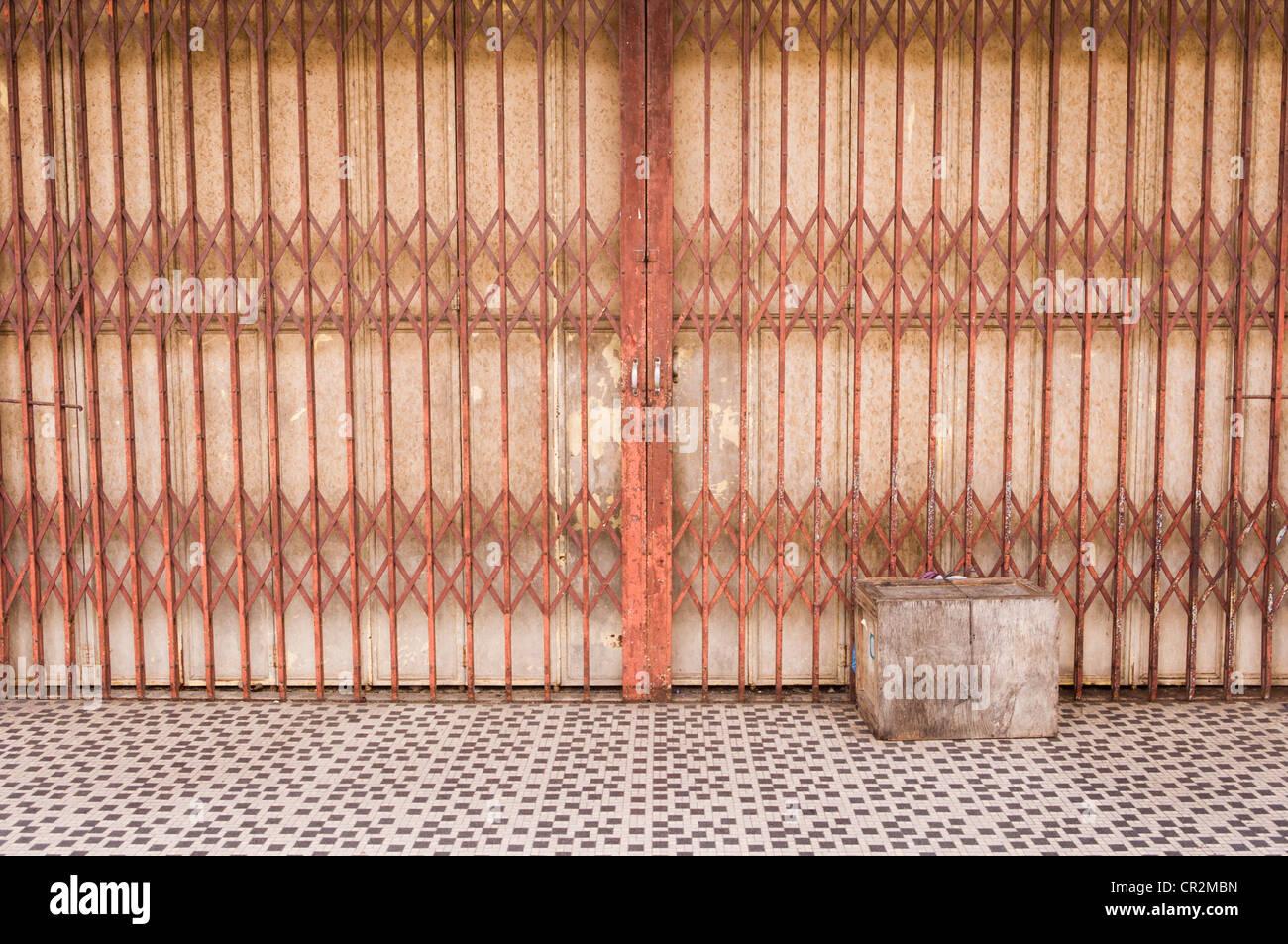 ein altes Tor in altmodischen Shop für retro oder nostalgisch Hintergründe. Foto ist in Malaysia, Asien. Stockbild