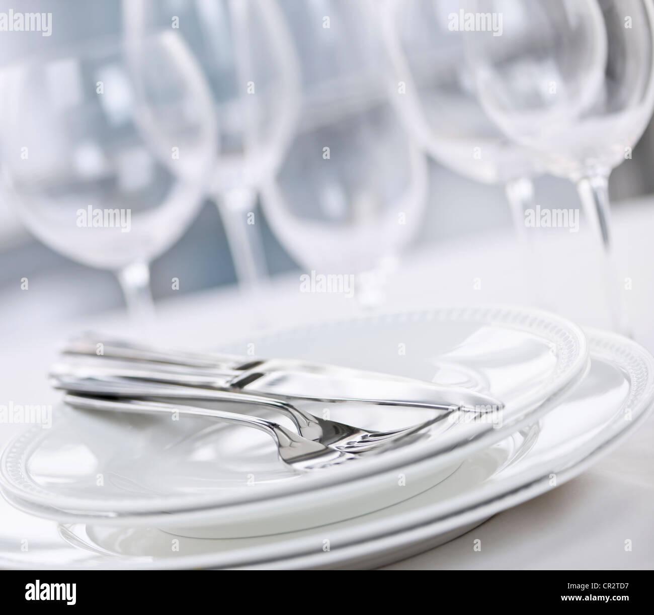 Elegantes Restaurant Tischdekoration mit Tellern, Besteck und Gläser Stockbild