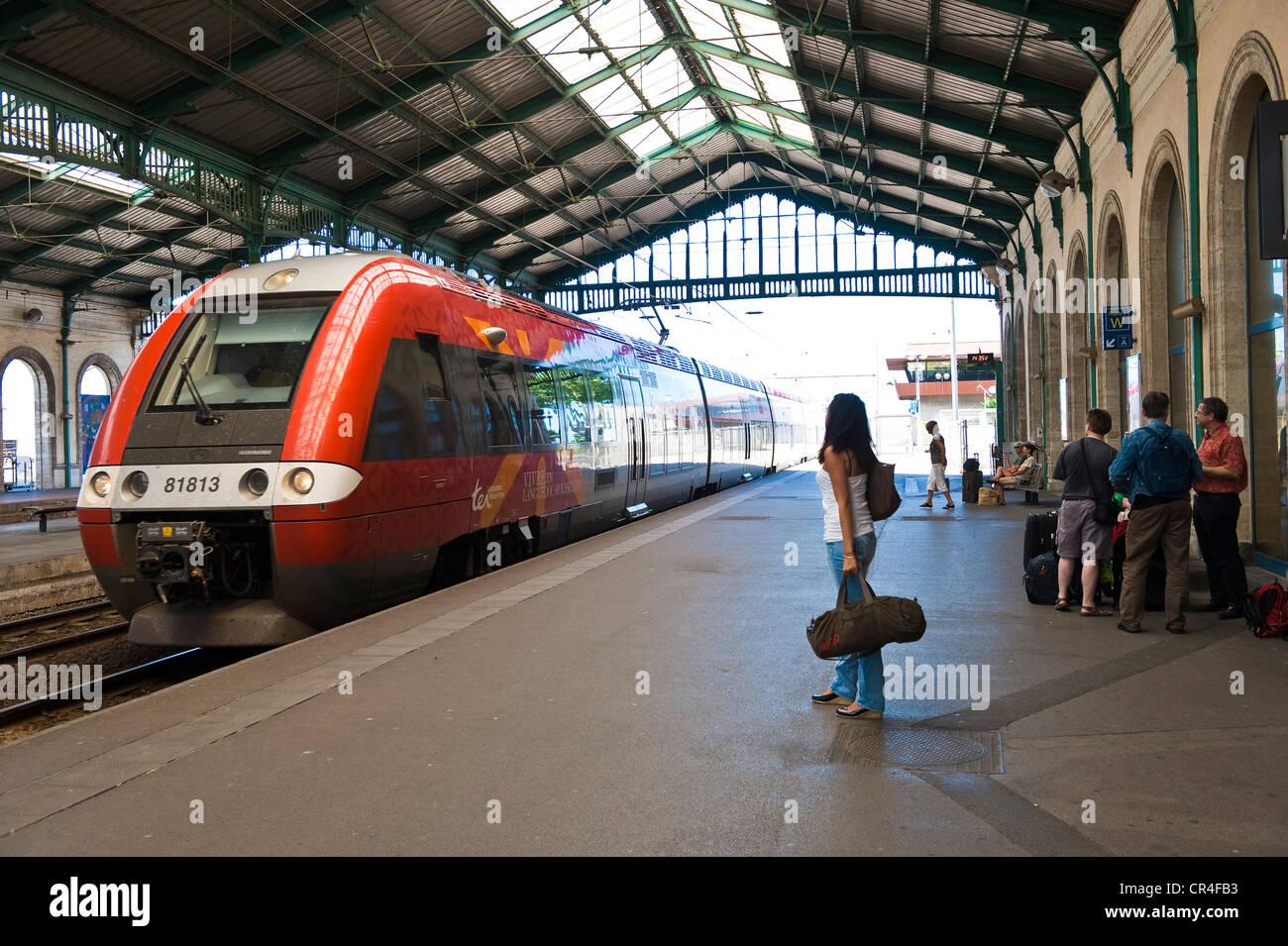 Frankreich, Herault, Sete, Railway station, Regionalzug von Montpellier Stockbild