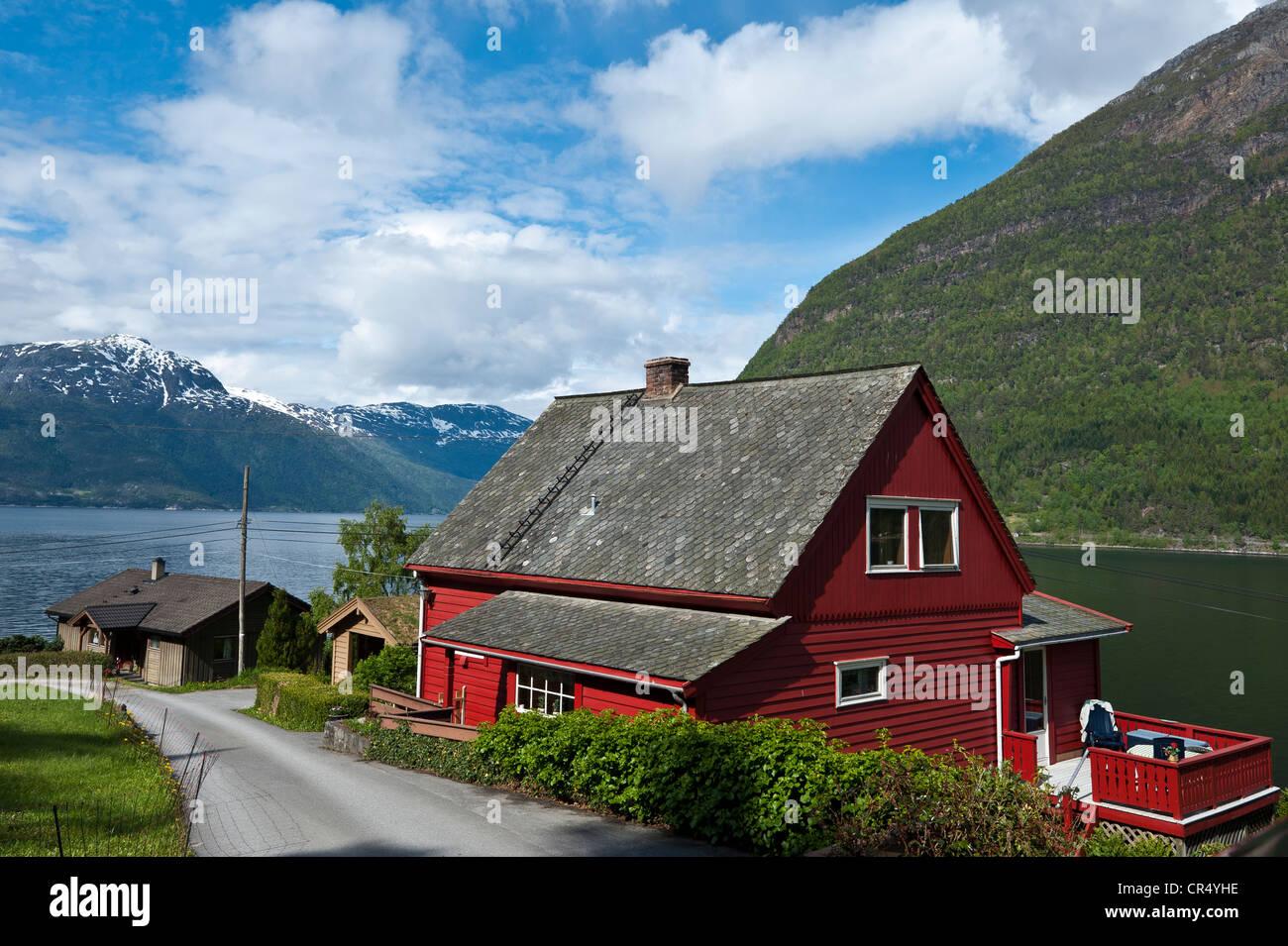 Typischen roten Holzhaus am Hardanger Fjord, Norwegen, Skandinavien, Nordeuropa, PublicGround Stockbild
