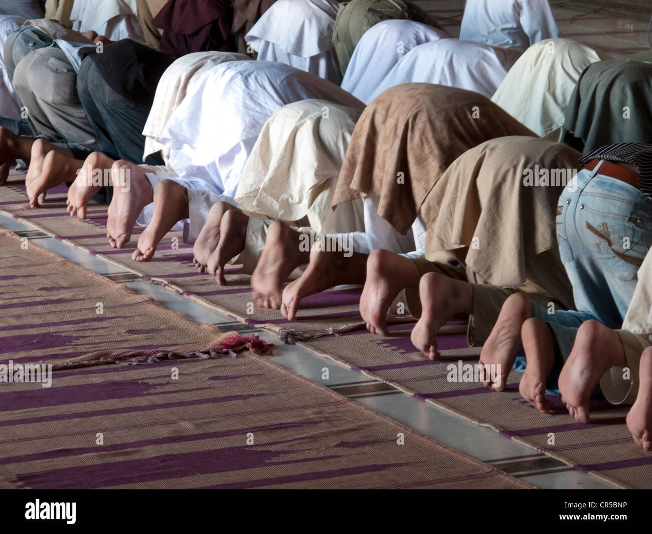 Muslime beten in Jama Mashid in Lahore, einer der größten Moscheen in Asien, Punjab, Pakistan, Südasien Stockfoto