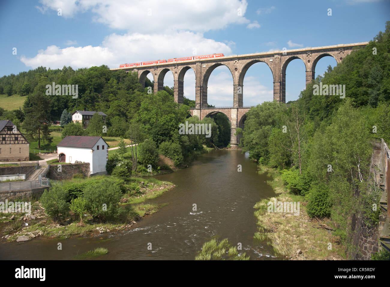 Viadukt Göhren mit Regionalzug, Brücke über die Zwickauer Mulde Fluss in Rochlitz, Sachsen, Deutschland, Stockbild