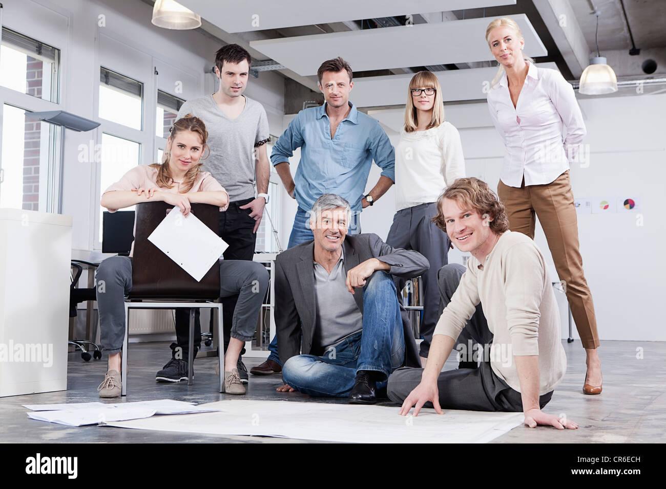 Deutschland, Bayern, München, Männer und Frauen im Büro, Porträt Stockbild