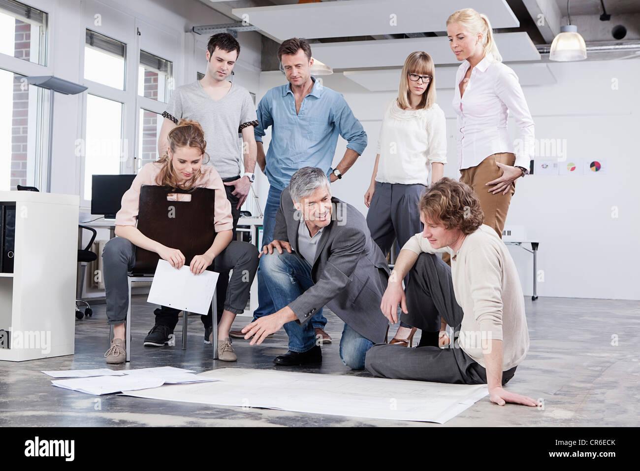 Deutschland, Bayern, München, Männer und Frauen diskutieren im Büro Stockbild