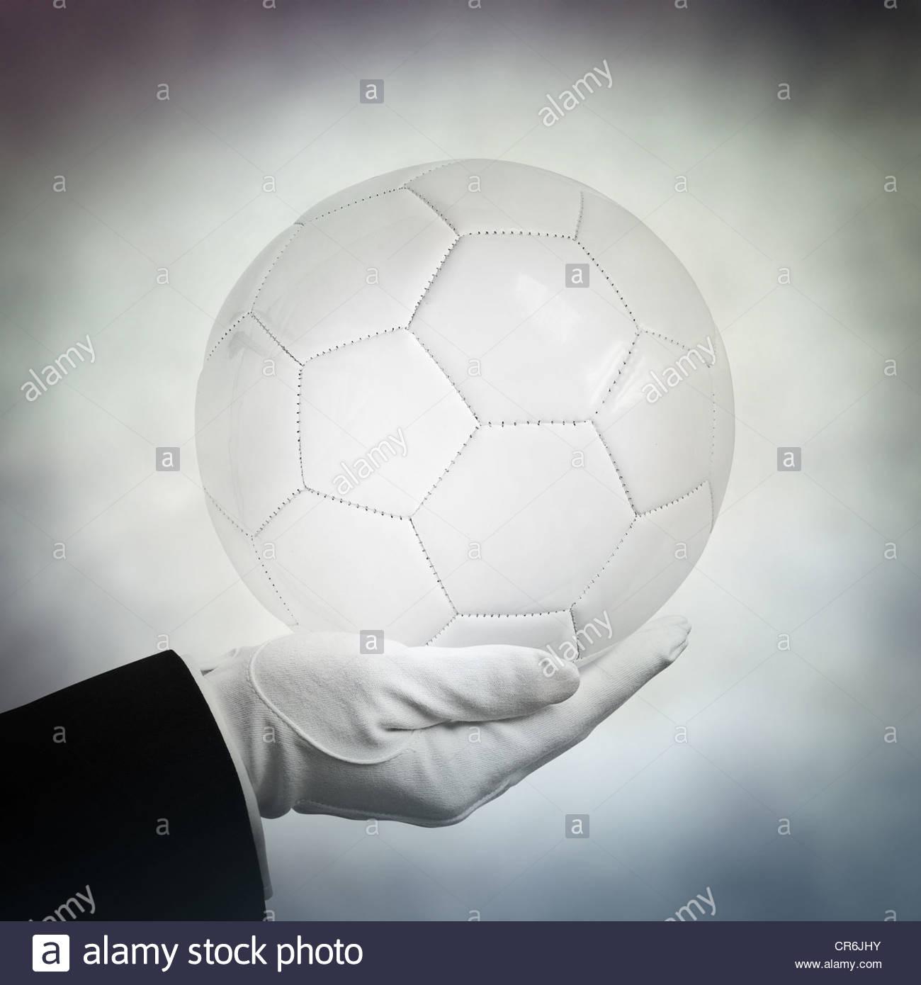 Fußball in der hand Stockbild