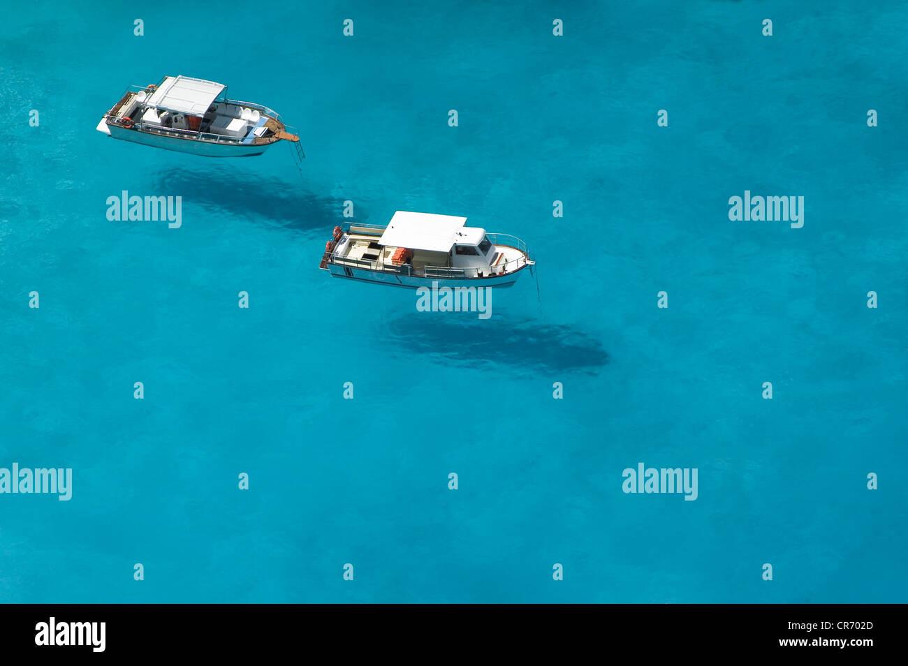 Draufsicht der Motorboote in blau, transparent Gewässern der Schiffbruch Bay, Zakynthos Stockbild